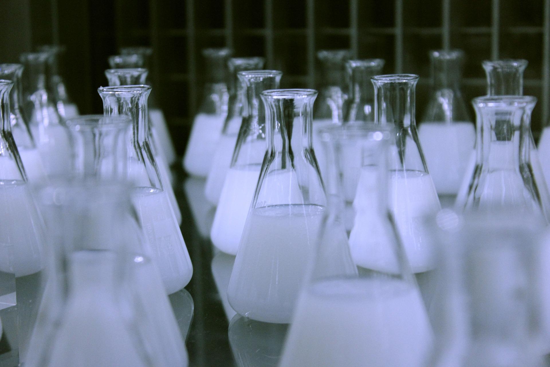 зелёная химия - колбы с жидкостью